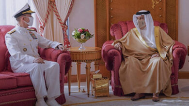 صورة حاكم البحرين يؤدي فروض الطاعة للقائد الجديد للأسطول الخامس الأمريكي
