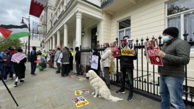صورة محتجون أمام سفارة البحرين في لندن: آل خليفة ونتن ياهو مع محمد بن زايد وجوه لعملة الصهيونية
